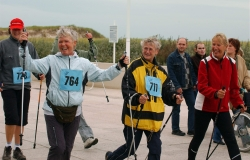 Senioren beim nordic walking